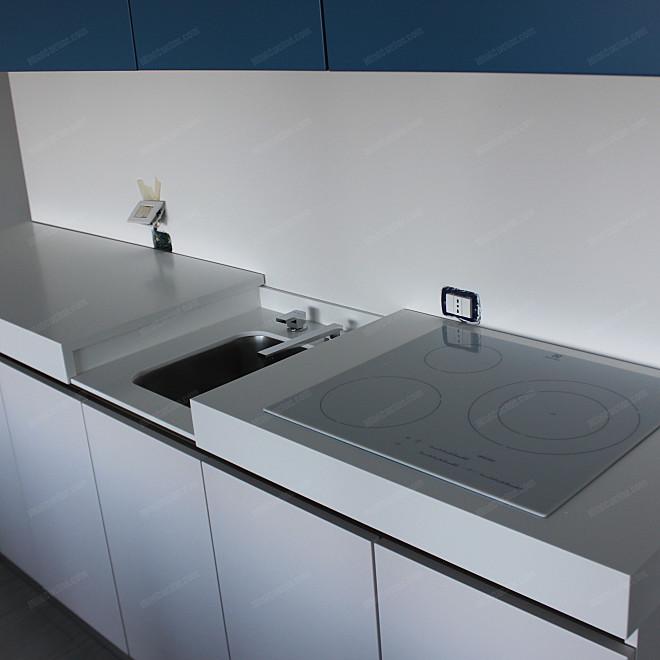 Cucina su misura bassa con lavello a scomparsa