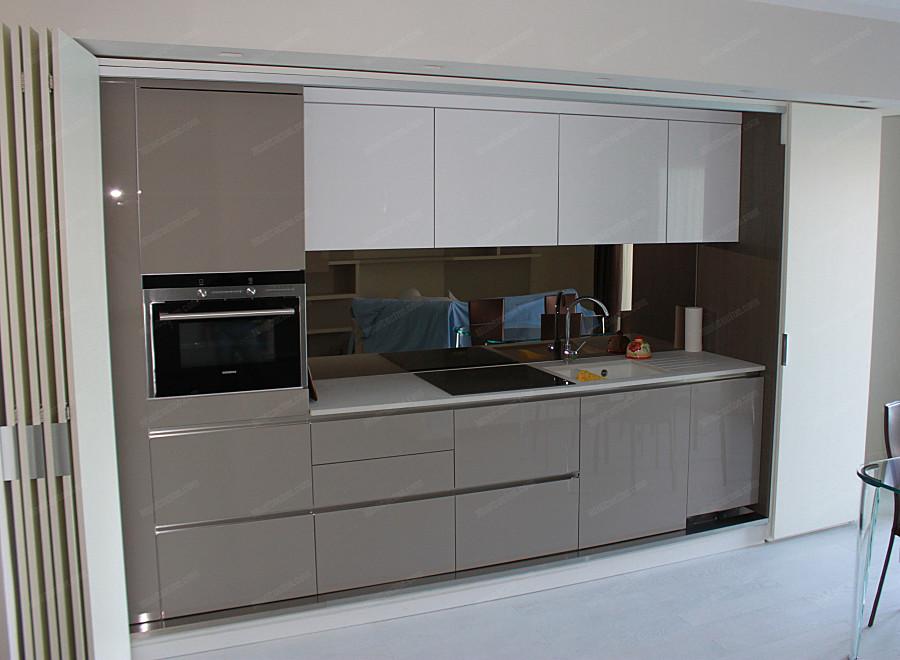 Cucina su misura a scomparsa con arredamento integrato