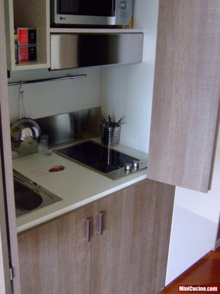 Cucina armadio aperta, fuochi e lavello