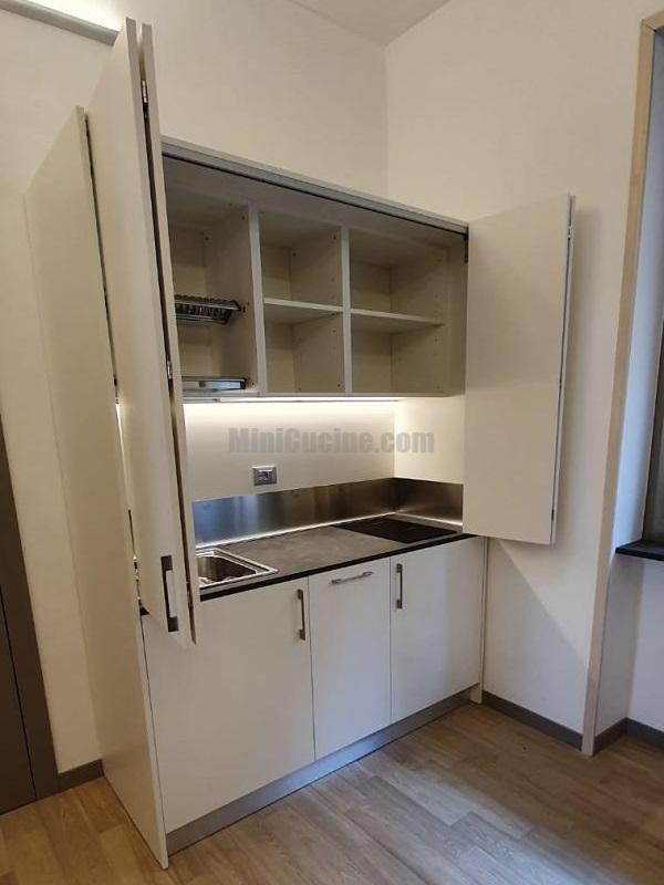 Mini Cucina a scomparsa da cm. 164, aperta - Bianca con Top Cesar Brown e luci